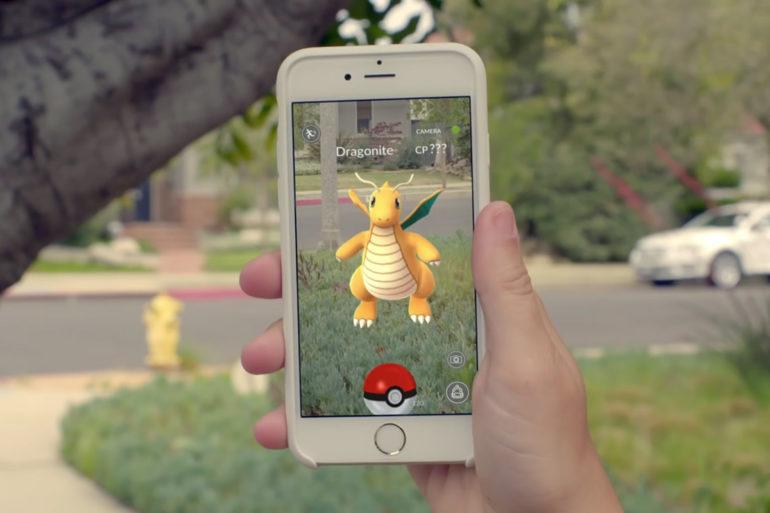 La realidad aumentada (AR) agrega elementos digitales a una vista en vivo a menudo mediante el uso de la cámara en un teléfono inteligente. Ejemplos de experiencias de realidad aumentada incluyen lentes de Snapchat y el juego Pokemon Go.